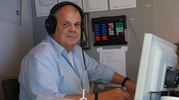 Martin Wittwer mit Headset im Sendewagen.