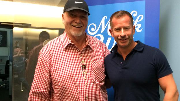 Louis Menar und Leonard posieren im Radiostutio Zürich.