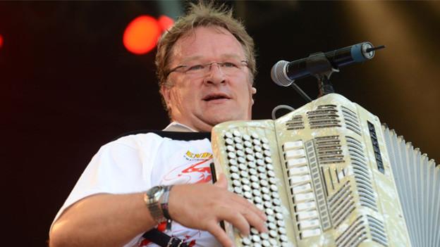 Z' Hansrüedi spielt während eines Konzert mit seinem Akkordeon.