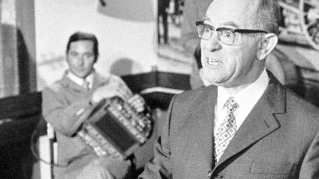 Beat Jäggi liest 1972 im Berner Volkshaus aus seinem Gedichtband.