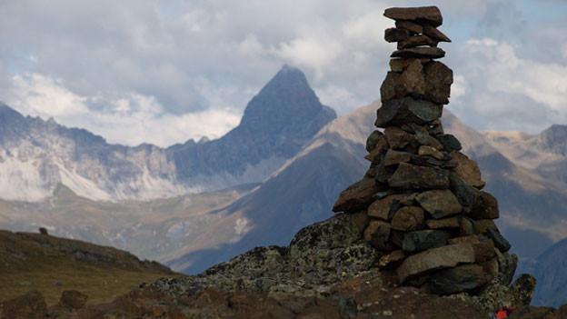 Steimanndli inmitten von Bergkulisse.