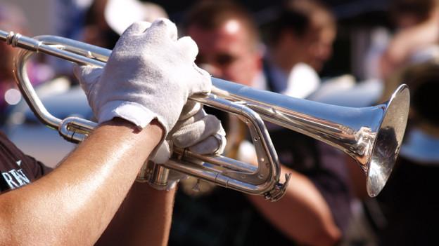 Ein Musiker spielt Trompete.