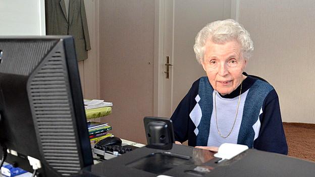 Frau Hälg sitzt am Keyboard daneben ein CD-Player.