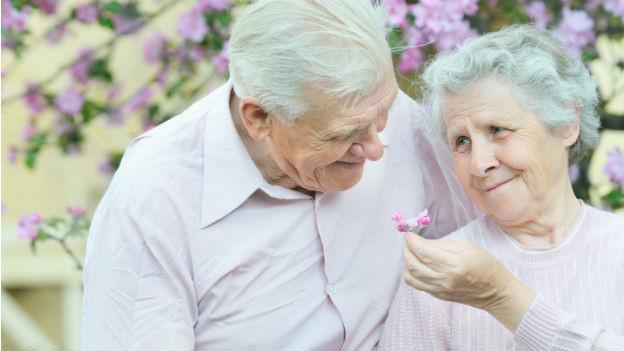 Männer werden im Alter sozialer und emotionaler, Frauen hingegen eher selbstbestimmter.