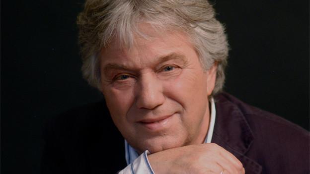 Rolf Zuckowski mit Gitarre.