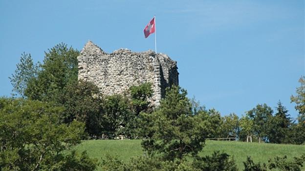 Überreste des Wohnturms mit Schweizer Fahne.