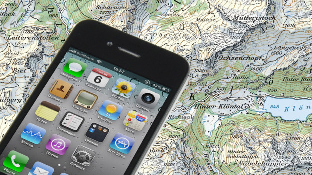 Smartphone liegt auf Landkarte.
