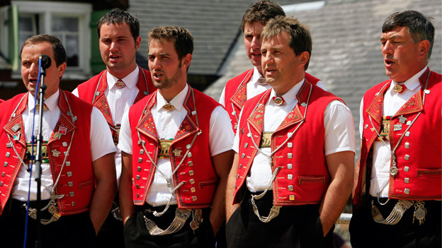 Sechs Jodler in den Rot-Weissen Appenzellertrachten.