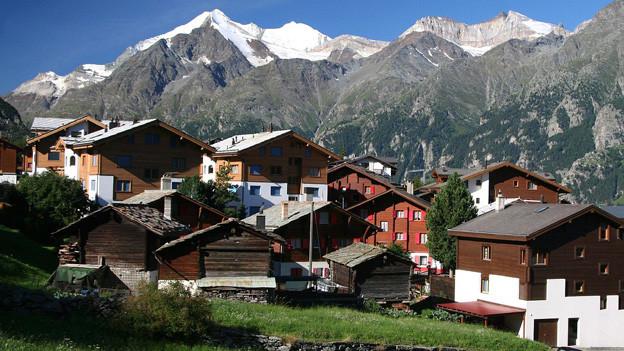 Dorf Graechen mit Bergen im Hintergrund.