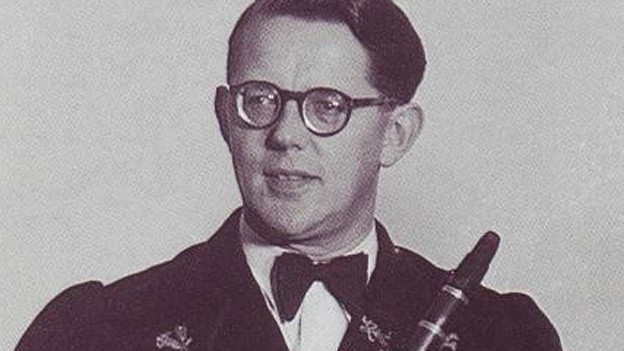 Jost Ribary sen. Schwarzweissbild Porträt mit schwarzem Anzug und Fliege. In der Hand hält er eine Klarinette.