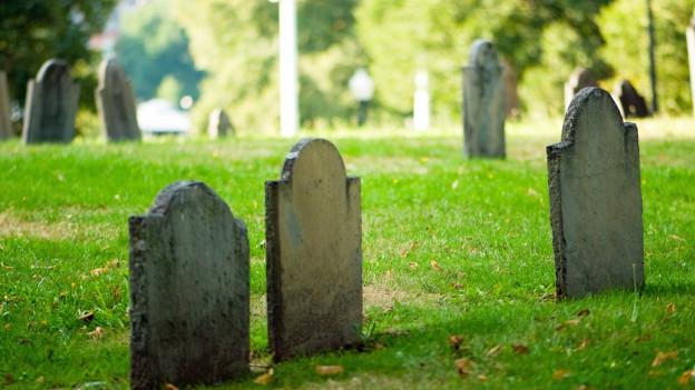 Echter Friedhof mit Grabsteinen.