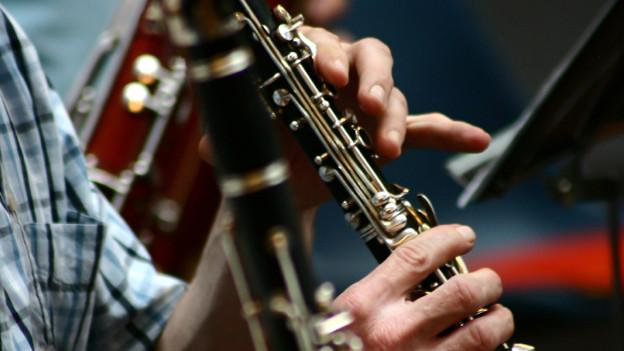 Grossaufnahme einer von Männerhand gespielten Klarinette (Symbolbild).