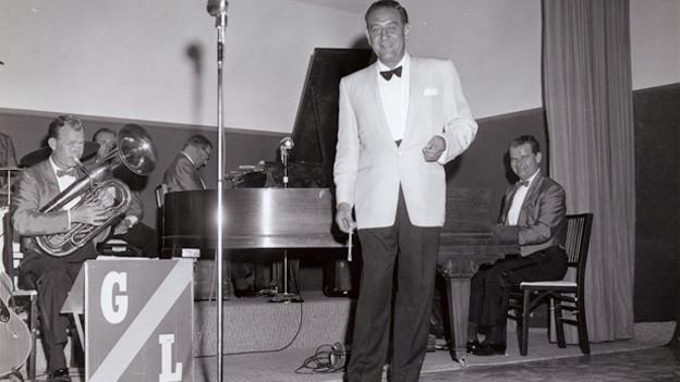Guy Lombardo mit kleiner Band auf kleiner Bühne.