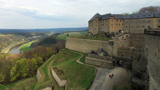 Stattliche Festung auf einem Hügel.