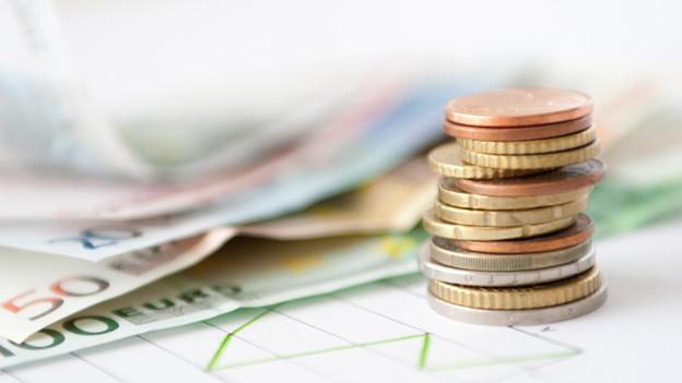 Euroscheine und -münzen.