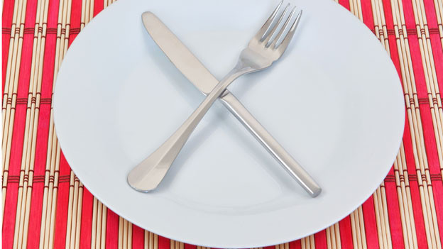 Teller mit gekreuztem Besteck.