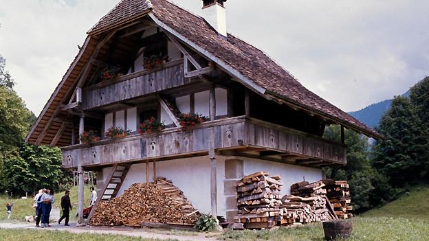 Alte Aufnahme eines dreistöckigen Stöcklis.