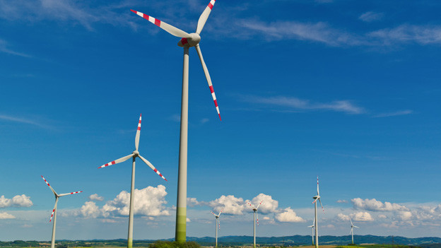 Mehrere Windräder bilden ein Windkraftwerk.