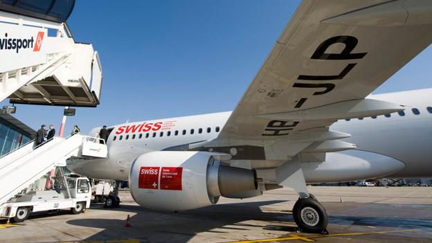 Blick auf die Unterseite des Airbus A320, auf den in grosser Schrift die Buchstaben HB-JLP zu lesen sind.