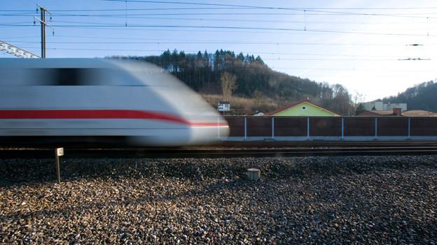 Ein Schnellzug der von links ins Bild fährt.