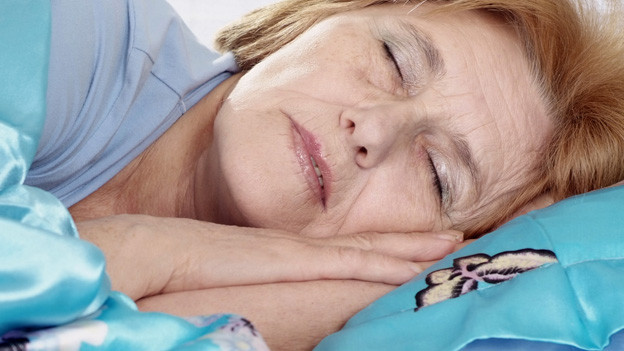 Ältere Frau schläft tief.