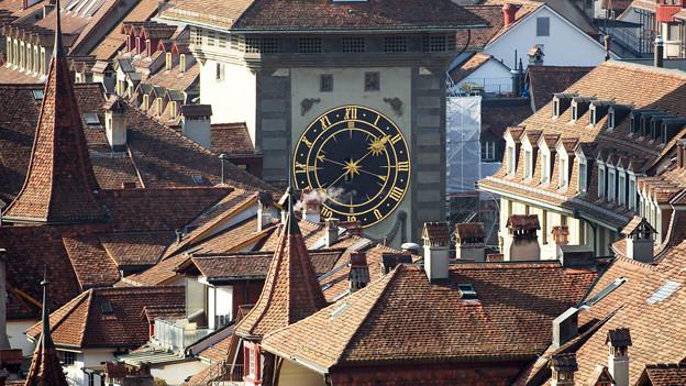 Blick auf die Dächer der Altstadt von Bern mit dem herausragenden Zytgloggeturm.