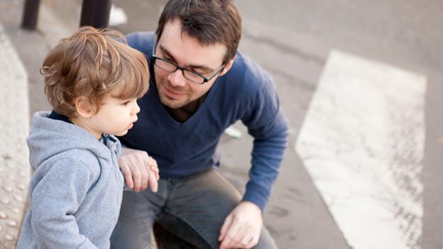 Ein Vater erklärt seinem kleinen Sohn etwas.