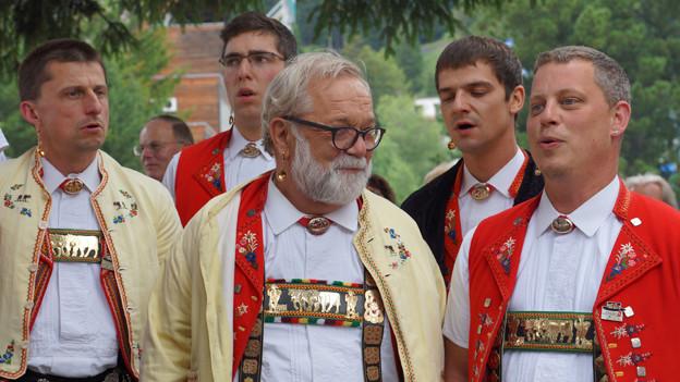 Jodler in Appenzeller Tracht beim Singen.