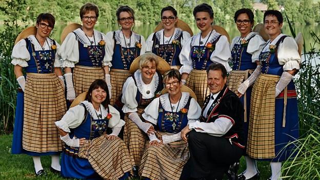 Gruppenfoto mit den Jodlerinnen und ihrem Dirigenten.