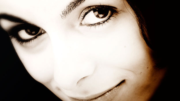 Junge Dame mit grossen, braunen Augen.