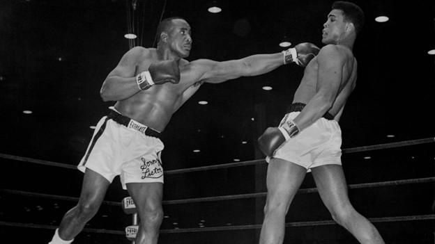 Historische Fotografie mit den beiden Boxern im Ring.