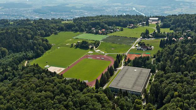 Luftaufnahme auf Gebäude und Anlagen der Eidgenössischen Turn- und Sportschule Magglingen.