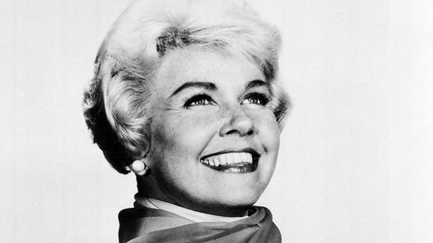 Schwarz-weiss Fotografie mit einer strahlenden Doris Day.