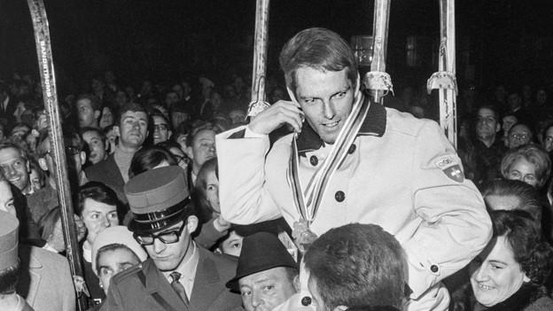 Alois Kälin wird auf Schultern getragen und als Held gefeiert.