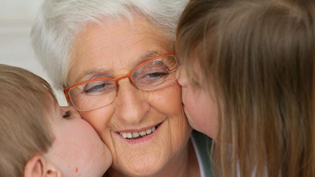Enkelkinder küssen Grossmutter