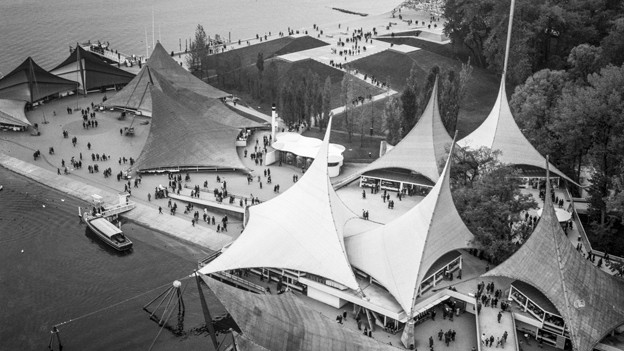 Schwarz-weiss Fotografie mit Blick von oben auf das Ausstellungsgelände.