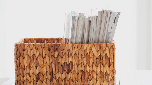 Ein Stapel Zeitschriften in einem Korb.