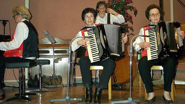 Vier Frauen auf der Bühne mit Akkordeon, Klavier und Bass.
