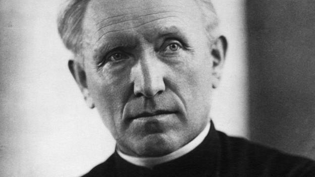 Schwarz-Weiss Fotografie des katholischen Priesters Joseph Bovet.