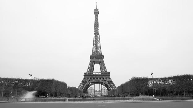 Schwarz-Weiss Fotografie vom Pariser Eiffelturm.