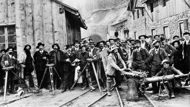 Die historische Aufnahme zeigt Männer der Bohr- und Vermessungsequipe vor dem Tunnel-Südportal.