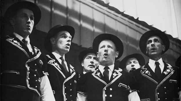 Schwarz-Weiss Fotografie von einer Gruppe Jodlern.