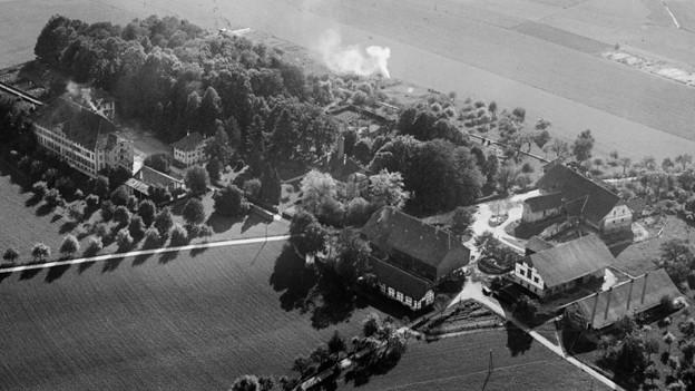 Schwarz-Weiss Fotografie mit einer Luftaufnahme mit Blick auf Gebäude und Ländereien des Seminars.