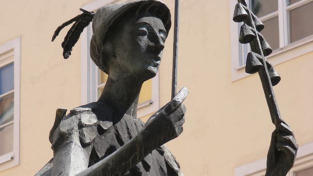 Brunnenfigur des Papageno am Papagenoplatz in Salzburg.