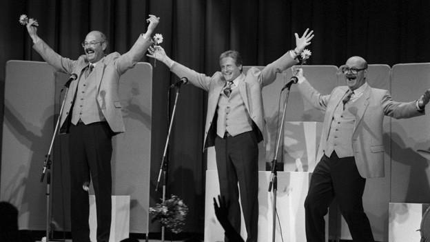 Cabaret Rotstift während Applaus auf Bühne.
