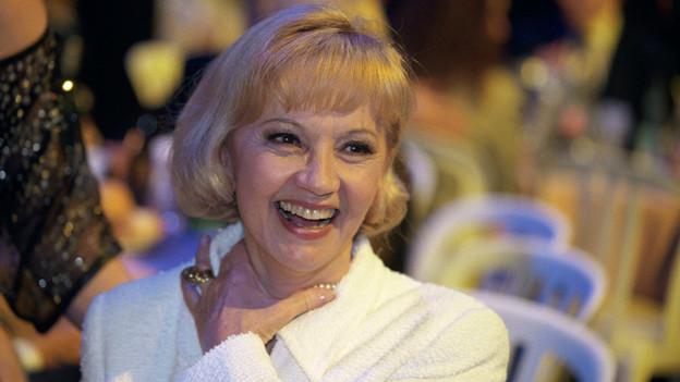 Eine fröhlich lachende Lilo Pulver, 1999 an der Verleihung des Prix Walo.