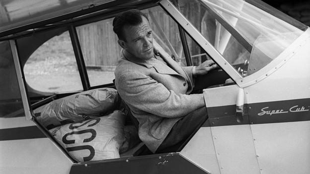Schwarz-Weiss Fotografie mit Piloten im Cockpit einer Piper.