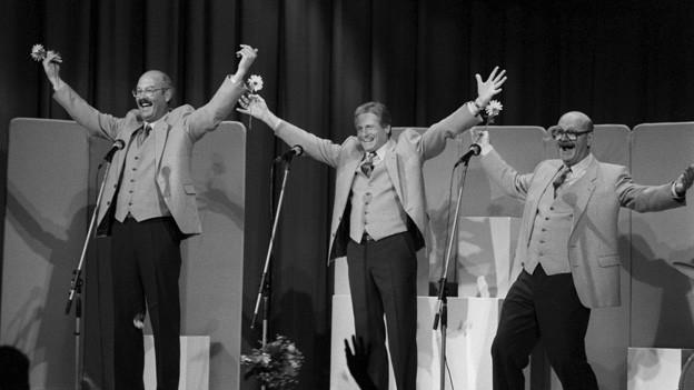 Cabaret Rotstift während Aplaus auf Bühne.