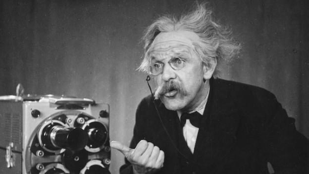 Alfred Rasser mit Brille und wirrem Haar.
