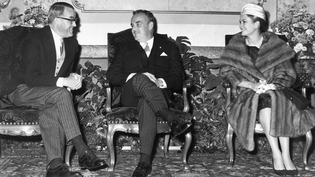 Schwarz-Weiss Fotografie mit dem Fürstenpaar. Gracia Patricia scheint ihrem Ehemann etwas zu zeigen.